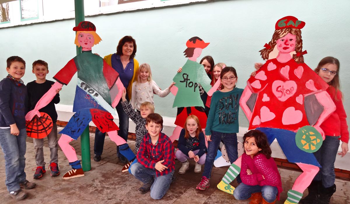 Die Hoffiguren hat die Kunst-AG unter der Leitung von Frau Gehrig gestaltet.