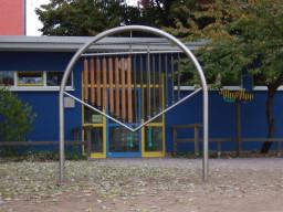 Schulhof und Gebäude